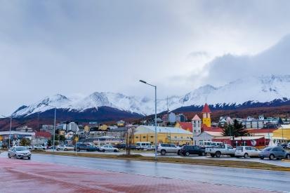Ushuaia s horami v pozadí